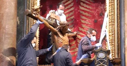 Miraculous Crucifix Moved to St. Peter's Square for Pope Francis' 'Urbi et Orbi' Blessing